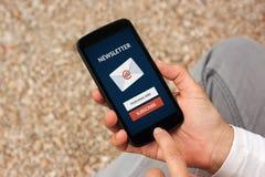 Le mani che tengono lo Smart Phone con sottoscrivono il concetto del bollettino sulla s fotografia stock libera da diritti