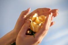 Le mani con sono aumentato Fotografie Stock Libere da Diritti