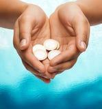 Le mani a coppa della donna che mostrano le euro monete Immagini Stock Libere da Diritti