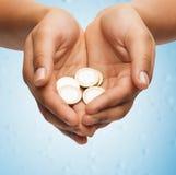 Le mani a coppa della donna che mostrano le euro monete Fotografie Stock