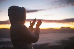Le mani cristiane della donna che pregano alla donna del dio pregano per il dio che la benedizione al desiderio ha una migliore v immagine stock libera da diritti