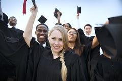 Le mani degli studenti del gruppo hanno sollevato il concetto di graduazione Immagini Stock Libere da Diritti