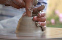 Le mani dei bambini che creano nuovo vaso Fotografia Stock