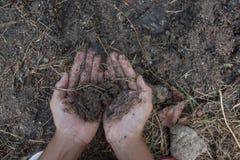 Le mani dei bambini che giocano il suolo sporco fotografia stock libera da diritti