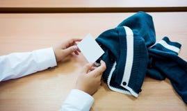 Le mani dei bambini maschii mostrano un biglietto da visita in bianco Stile d'annata di tono di colore del colpo del primo piano  immagini stock libere da diritti