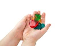 Le mani dei bambini tiene la caramella della frutta Fotografia Stock Libera da Diritti