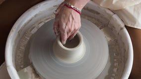 Le mani dei giovani lavoricchiano, sono state prodotte su gamma di vaso stock footage