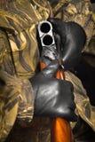 Le mani del cacciatore che tiene un fucile da caccia scarico fotografia stock libera da diritti