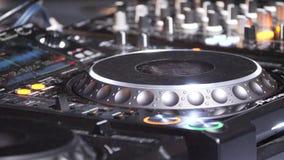Le mani del DJ gioca la musica che si mescola e che graffia, primo piano archivi video