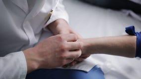 Le mani del medico registra il paziente un catetere in una vena archivi video