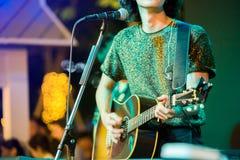 Le mani del musicista che giocano chitarra ad uno spettacolo dal vivo in scena immagine stock libera da diritti