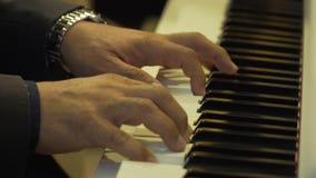 le mani del pianista si chiudono su sul piano stock footage