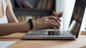 Le mani del ` s della donna scrivono al desktop in posto di lavoro archivi video