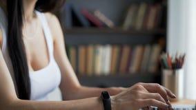 Le mani del ` s della donna scrivono al desktop in posto di lavoro video d archivio
