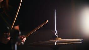Le mani del ` s delle donne battono i tamburi con i bastoni nello scuro video d archivio