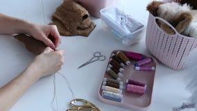 Le mani del ` s delle donne creano un prodotto tessile, il giocattolo, modello archivi video