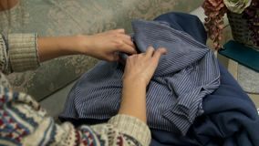 Le mani del ` s delle donne toccano il tessuto archivi video