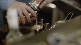 Le mani del ` s di barista fa il cocktail del caffè 4K archivi video