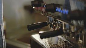 Le mani del ` s di barista produce a due il caffè in macchinetta del caffè 4K stock footage