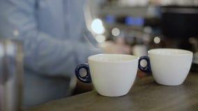 Le mani del ` s di barista produce a due il caffè in macchinetta del caffè 4K video d archivio