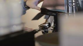 Le mani del ` s di barista produce il caffè in macchinetta del caffè 4K archivi video