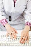 Le mani del ` s di medico sulla tastiera Fotografia Stock