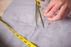 Le mani del sarto che lavorano al nuovo abbigliamento Immagini Stock Libere da Diritti
