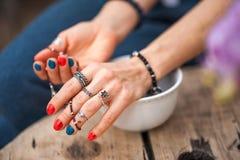 Le mani del tocco della ragazza i gioielli fatti a mano Ragazza e gioielli La donna fatta a mano che decora le pietre si chiude s immagine stock