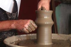 Le mani del vasaio che fanno vaso ceramico Immagini Stock Libere da Diritti