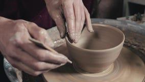 Le mani del vasaio e del vaso matrici di argilla sul ` s del vasaio spingono il primo piano Uomo matrice del pulviscolo Ruota tor video d archivio