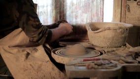 Le mani del vasaio fanno un vaso di argilla stock footage