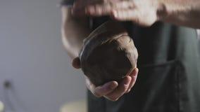 Le mani del vasaio impasta l'argilla video d archivio