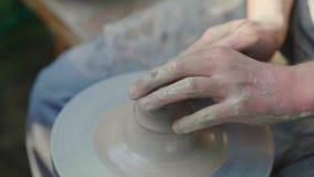 Le mani del vasaio matrice, fa un vaso di argilla Mestieri tradizionali archivi video
