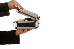 Le mani dell'uomo aprono la cassa del metallo Fotografia Stock