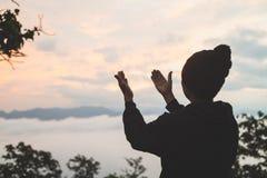 Le mani dell'uomo che pregano al dio, uomo pregano per la benedizione del dio a desiderare la h immagini stock