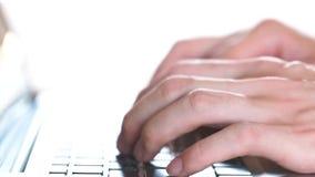 Le mani dell'uomo che scrivono sulla tastiera del computer portatile (velocità normale) archivi video