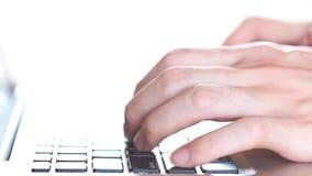 Le mani dell'uomo che scrivono sulla tastiera del computer portatile (velocità veloce) stock footage