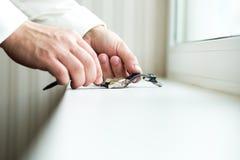 Le mani dell'uomo con gli orologi Immagine Stock Libera da Diritti