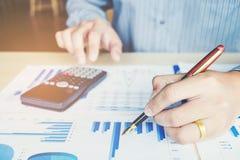 Le mani dell'uomo d'affari con il calcolatore all'ufficio e finanziario fotografie stock