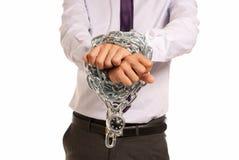 Le mani dell'uomo d'affari hanno impastoiato lo schiavo chain di job del lucchetto Fotografia Stock