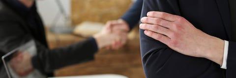 Le mani dell'uomo d'affari nel luogo di lavoro hanno attraversato sul petto Fotografie Stock