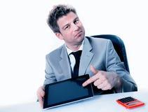 Le mani dell'uomo d'affari stanno indicando sull'unità del touch screen Immagini Stock Libere da Diritti