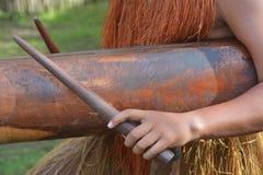 Le mani dell'uomo di Islander del cuoco gioca la musica su un grande ceppo di legno Pat immagine stock libera da diritti