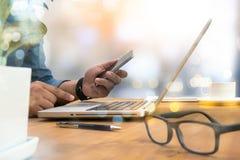 Le mani dell'uomo potato del colpo facendo uso di un computer portatile a casa, retrovisione, voi Fotografia Stock