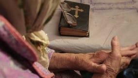 Le mani della donna anziana si chiudono su archivi video
