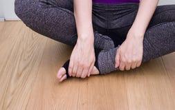 Le mani della donna che praticano le posizioni di meditazione e di yoga immagine stock libera da diritti