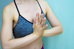 Le mani della donna che praticano le posizioni di meditazione e di yoga immagini stock