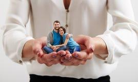 Le mani della donna che tengono le piccole coppie felici Immagine Stock Libera da Diritti