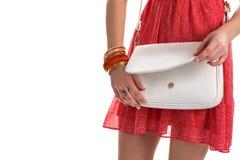 Le mani della donna con la borsa bianca Immagine Stock Libera da Diritti