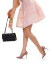 Le mani della donna con la borsa nera Immagine Stock